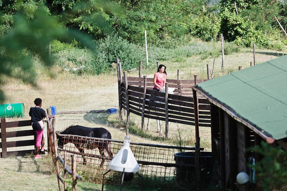 23 JUL 2011 - Monteveglio (Bologna) - Città di Transizione - La famiglia di Roberto Dondi e Alessandra Cacciari nella loro casa