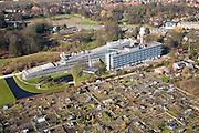 Nederland, Utrecht, De Bilt, 11-02-2008; kantoor van het KNMI in de Bilt, met toren voor waarnemingen en radarkoepel; volkstuintje in de voorgrond; Koninklijk Nederlands Meteorologisch Instituut, weerstation, meteorologie, weer, klimaat, weersvoorspelling, weerbericht, weerkaart, buienradar, neerslagradar, weatherstation, meteorology, allotment, allotments..luchtfoto (toeslag); aerial photo (additional fee required); .foto Siebe Swart / photo Siebe Swart