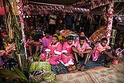 La femme et les enfants sont assis sur des nattes au milieu des dons offerts à la famille de l'homme. Par le mariage, ils quitteront définitivement leur clan d'origine pour faire partie du clan de l'homme. Le mariage Kanak est une union mais aussi une séparation franche.   - Mariage Kanak  - Tribu de Méhoué, Canala – Nouvelle Calédonie – Septembre 2013