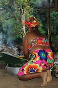 Indígenas emberá / comunidad indígena emberá, Panamá.<br /> <br /> Mujer indígena cocinando.