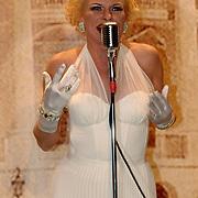 NLD/Utrecht/20060305 - Modeshow Jaap Rijnbende 2006, Saskia Riemens als Marilyn Monroe
