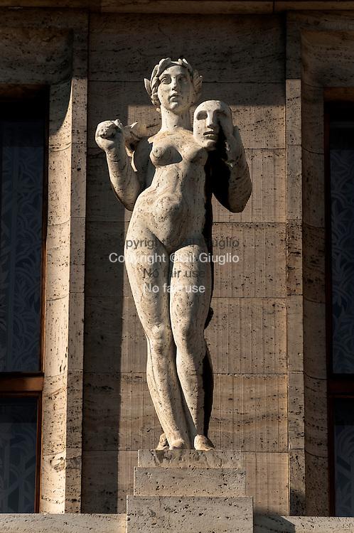 République Tchèque, Prague, Staré Mesto, Praha 1, décoration façade bâtiment rue Kaprowa// Czech Republic, Prague, Stare Mesto Praha 1,  statue on building facade of Kaprowa street