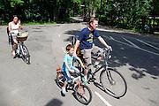 In Lage Vuursche rijdt een gezin op de fiets.<br /> <br /> In Lage Vuursche a family is cycling.