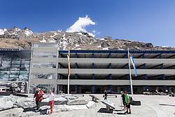THEMENBILD - die Grossglockner Hochalpenstrasse. Die hochalpine Gebirgsstrasse verbindet die beiden oesterreichischen Bundeslaender Salzburg und Kaernten mit einer Laenge von 48 Kilometer. Sie ist als Erlebnisstrasse vorrangig von touristischer Bedeutung und das Befahren ist fuer Kraftfahrzeuge mautpflichtig, im Bild Besucherzentrum und Parkhaus auf der Kaiser-Franz-Josefs-Höhe, aufgenommen am 24.05.2014 // ILLUSTRATION - the Grossglockner High Alpine Road. The high alpine mountain road connects the two Austrian federal states of Salzburg and Carinthia with a length of 48 kilometers. It is as a matter of priority road experience of tourist importance and for driving motor vehicles is a toll road. Picture taken on 2014/05/24. EXPA Pictures © 2014, PhotoCredit: EXPA/ JFK