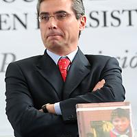 """Toluca, Mex.- El secretario de Desarrollo Social,  Ernesto Nemer Álvarez hizo un llamado a la sociedad mexiquense para ayudar a quienes mas lo necesitan. Esto, en la presentación del libro """"La sociedad y su participación en la asistencia privada: por convicción, no por caridad"""". Agencia MVT / Crisanta Espinosa. (DIGITAL)<br /> <br /> NO ARCHIVAR - NO ARCHIVE"""