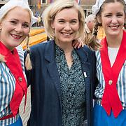 """NLD/Alkmaar/20180518 - Perspresentatie """"Nederland staat op tegen kanker"""" officiele start, Marlijn Weerdenburg met Alkmaarse kaasmeisjes in klederdracht"""