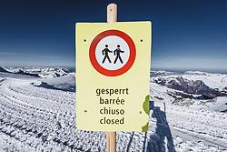 15.01.2020, Jungfrauenjoch, Wengen, SUI, FIS Weltcup Ski Alpin, Vorberichte, im Bild Hinweisschild, Gesperrt, im Hintergrund Gipfel im Berner Oberland // Information sign closed in the background summits in the Bernese Oberland during a preliminary reports prior to the FIS ski alpine world cup at the Jungfrauenjoch in Wengen, Switzerland on 2020/01/15. EXPA Pictures © 2020, PhotoCredit: EXPA/ Johann Groder **** ACHTUNG - dieses Bilddatei ist für den Grossformatdruck in einer maximalen Grösse mit mehr als 18142 x 6717 pixel (ca. 700 MB) verfügbar! Fragen Sie nach den hochauflösenden Daten // ATTENTION - This image file is for Large Format Printing available in a maximum size of more then 18142 x 6717 pixels (about 700 MB)! Ask for the high-resolution data. ****