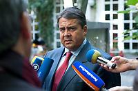 """04 SEP 2010, BERLIN/GERMANY:<br /> Sigmar Gabriel, SPD Parteivorsitzender, gibt Journalisten ein Statment, waehrend der SPD Buergerkonferenz """"Was ist fair?"""", Alte Feuerwache<br /> IMAGE: 20100904-01-158<br /> KEYWORDS: Mikrofon, microphone, Journalist"""