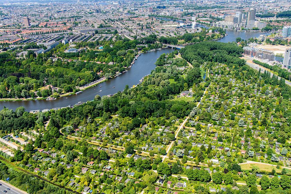 Nederland, Noord-Holland, Amsterdam, 29-06-2018; Amstel met volkstuinpark Amstelglorie. Het park vormt een Groene long aan de Amstel, ingeklemd tussen A2, A10 en Zuid-as: Amstelscheg.<br /> Allotment park at river Amstel, South-Amsterdam. <br /> luchtfoto (toeslag op standard tarieven);<br /> aerial photo (additional fee required);<br /> copyright foto/photo Siebe Swart