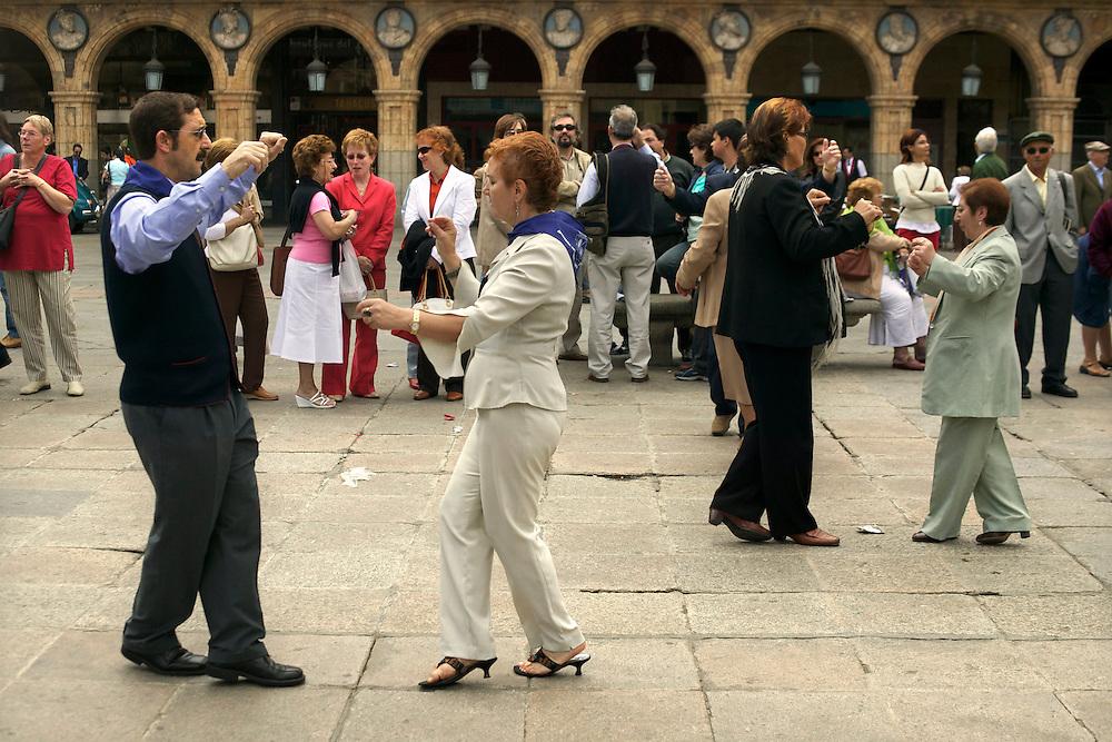 España. Castilla-La Mancha. Salamanca <br /> Bailes regionales en la Plaza Mayor<br /> <br /> © JOAN COSTA