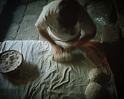 A woman preparing the brad in the community bakery of Pitoes das Junias.