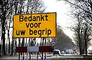 Nederland, Swalmen, 18-2-2008..Bij een wegvak waar wegwerkzaamheden worden uitgevoerd heeft rijkswaterstaat een bord geplaatst om de automobilisten te bedanken voor hun begrip en geduld...Foto: Flip Franssen/Hollandse Hoogte
