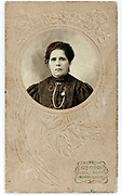 round portrait of adult woman 1900s set in a flower ornamental passe-partout