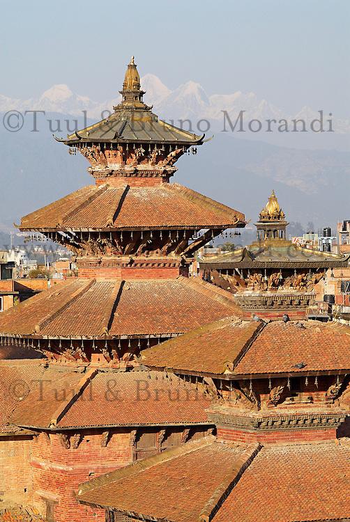 Nepal. Vallee de Katmandou. Ville Newar de Patan. Place de Durbar Square. Chaine de l Himalaya dans le fond. // Nepal. Kathmandu valley. Newar city of Patan. Durbar Square. Himalaya on the background.