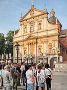 Krakow 2019-07-20. Grupa turystów oprowadzana przez przewodniczkę na ulicy Grodzkiej w Krakowie.