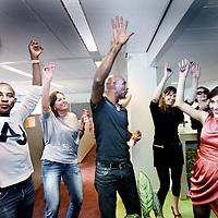"""Nederland, Amsterdam , 11 augustus 2011..Spontane van buitenaf georganiseerde  flashmob bestaande uit dans en muziek bij de Gemeente op de Weesperstraat..De ambtenaren dansen vrolijk mee..Op verschillende plekken in de stad werden gisteren feestjes gegeven van maar 10 minuten. Compleet met dj's, coctaildame, discobol en vipruimte, georganiseerd door """"de Club""""..Foto:Jean-Pierre Jans"""