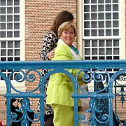 Prinses Leonore dochter , de jongste dochter van Prins Constantijn en  Prinses Laurentien is zondagochtend 8 oktober 2006 in  de kapel van Paleis Het Loo  in Apeldoorn gedoopt. / Princes Leonore, the jongest daughter of Prince Constantijn en Princes Laurentien, is baptist in Palace Het Loo in Apeldoorn.<br /> <br /> Op de foto / On the photo: Christina en Juliana (achtergrond)