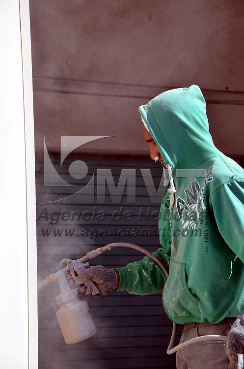 Toluca, México.- Personal del Ayuntamiento de Toluca, realiza la pinta de alacenas de los diferentes negocios que se encuentran en los portales de la Plaza Fray Andrés de Castro, así como la Capilla Exenta, para darle otra imagen a esta plaza. Agencia MVT / José Hernández