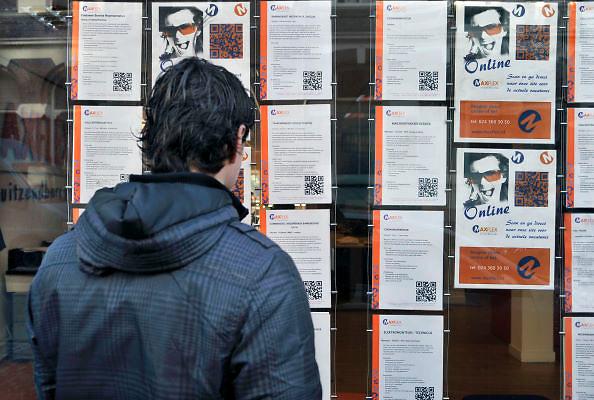 Nederland, Nijmegen, 8-2-2012Een jongen staat voor de etalage van een uitzendbureau en bekijkt het aanbod van werk.Foto: Flip Franssen/Hollandse Hoogte