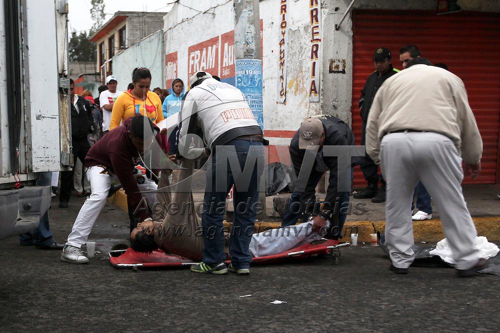 Ecatepec, Méx.- Dos jovenes fueron asesinados a balazos cuando parentemente bebian bebidas alcoholicas en la calle Adolfo Lopez Mateos esquina Tabasco de la colonia El Chamizal. Agencia MVT / Juan Garcia.