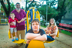 Amir Ribemboim Bliacheris com o pai, Marcos Weiss Bliacheris, a mãe Brenda Ribemboim Bliacheris e o irmão menor, Beni Ribemboim Bliacheris em uma praça pública adaptada para crianças especiais, em Porto Alegre.<br /> FOTO: Jefferson Bernardes/ Agência Preview