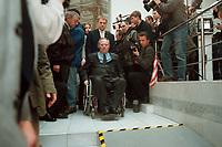 """11 JAN 2000, BERLIN/GERMANY:<br /> Wolfgang Schäuble, CDU Vorsitzender, auf dem Weg Pressekonferenz """"100.000-Mark-Spende des Waffenhändlers Schreiber"""", CDU Bundesgeschäftsstelle<br /> IMAGE: 20000111-01/01-03<br /> KEYWORDS: Wolfgang Schaeuble"""