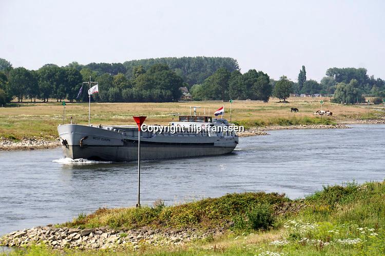 Nederland, Baak, 11-8-2020  Een binnenvaartschip vaart over de IJssel beladen met containers.Foto: ANP/ Hollandse Hoogte/ Flip Franssen
