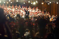Porto Alegre/RS -  15/12/2005 - Os porto-alegrenses puderam conferir ontem mais uma grande celebração de Natal. Regendo a Orquestra Sinfônica de Porto Alegre (Ospa) pela primeira vez ao ar livre no Rio Grande do Sul, o maestro Isaac Karabtchevsky comandou o espetáculo de abertura da terceira edição do Natal na Praça, ocorrido na Praça da Matriz, no centro da Capital. A praça, com iluminação especial e um presépio com esculturas em tamanho real de Maria, José, Jesus, Reis Magos e animais, criadas por artistas do Natal Luz, de Gramado, recebeu a visita de milhares de pessoas. Foto: Marcos Nagelstein/Especial ZH