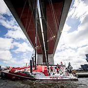 © Maria Muina I MAPFRE. Maneuver to cross the boat behind Bolte brige in Melbourne. Maniobra para cruzar el barco bajo el puente de Bolte en Melbourne.