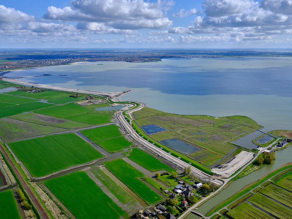 Nederland, Noord-Holland, gemeente Koggenland; 07-05-2021; Schardam, IJsselmeerdijk richting Scharwoude. Zicht op Hoornse Hop. Dijkverbeteringen ter hoogte van het buitendijkse land Rietkoog. In het kader van de dijkverbetering wordt er een oeverdijk aangelegd, de nieuwe halfhoge dijk heeft een buitentalud wat voor de bestaande dijk aangebracht wordt.  <br /> Hollands Noorderkwartier water board, between Schardam and Scharwoude.<br /> As part of the dyke improvement, an embankment dyke is being constructed, the new half-height dyke has an outer slope which will be installed in front of the existing dyke. <br /> <br /> luchtfoto (toeslag op standaard tarieven);<br /> aerial photo (additional fee required)<br /> copyright © 2021 foto/photo Siebe Swart