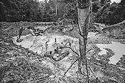 French guiana, dorlin, inini.<br /> <br /> Exploitation aurifere. La terre est retournee et lavee a la recherche de paillettes qui seront amalgamees par addition de mercure. Christiane TAUBIRA, depute de Guyane, publie un rapport : « Si l'on prend en compte les couts environnementaux, sanitaires et sociaux engendres par cette activite, on peut s'interroger sur la valeur ajoutee creee par l'activite aurifere… La ou il n'y a pas moyen de faire autre chose, on ne va pas dire aux gens : crevez de faim ou allez emarger au RMI ». Les orpailleurs du Syndicat Minier de l'Ouest Guyanais, soulignent que l'activite aurifere est le seul secteur productif capable d'absorber une main d'œuvre abondante et peu formee. Elle permet a la population de ne plus dependre du versement des diverses prestations sociales qui constituent l'essentiel des revenus des familles. Les efforts entrepris par certains pour assainir et moderniser la profession se heurtent pourtant aux limites de la legalite.