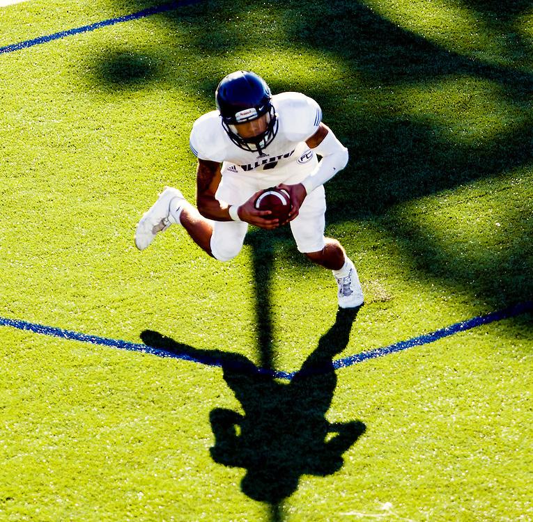 161105 Football, NCAA, OCC Pirates - Fullerton Titans<br /> Fullerton Hornet wide receiver Steve Everette (7) runs with the ball.<br /> © Daniel Malmberg/Sports Shooter Academy 13