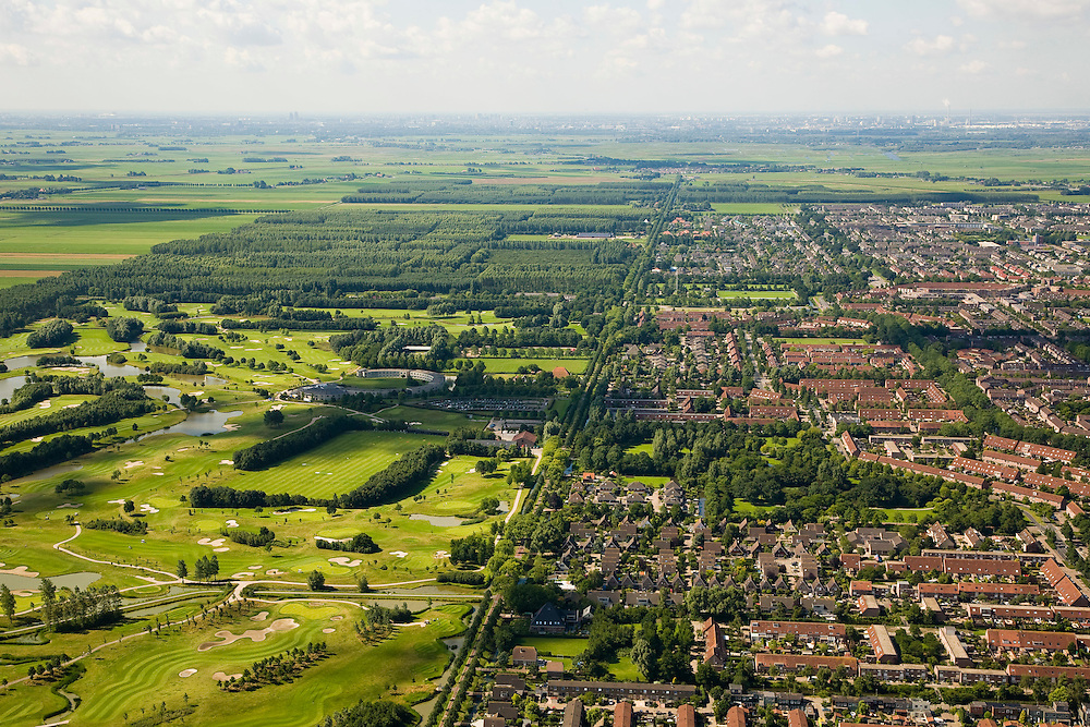 Nederland, Noord-Holland, Purmerend, 14-07-2008; de wijken Purmer Noord (voorgrond) en Purmer Zuid (tweede plan), uitbreing van Purmerend in polder de Purmer; links van de polderweg (de Westerweg) het aangelegde (!) bos, Purmerbos, met golfterrein; achter de verstedelijkte polder het nog ongerepte groengebied van Polder De Wijde Wormer, Zaanstad aan de verre horizon; .degradation of landscape, the original polder has been partly build on, visual pollution. ;. ;..luchtfoto (toeslag); aerial photo (additional fee required); .foto Siebe Swart / photo Siebe Swart