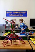 """Der Bereich """"Robots and Mechatronic Educational Sets"""" wo Besucher Sensoren unterschiedlicher Art und weiteres testen können. Merkur Museum in Police nad Metuji."""