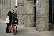Nederland,  Rotterdam, 2 febr 2014<br /> Stelletje kust elkaar op straat<br /> Foto: Michiel Wijnbergh
