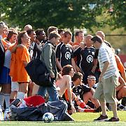 NLD/Amsterdam/20060623 - Robbie Williams voetballend bij de Arena Amsterdam, Robbie maakt een groepsfoto met ale voetballers