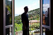 Nel 2013 Gianfranco Franciosi sceglie di uscire volontariamente dal programma di protezione dei testimoni di giustizia dopo averne sperimentato i limiti. Tornato ad Ameglia ha subito diverse minacce in cui vive con la famiglia. Nell'immagine Gianni nella sua abitazione.