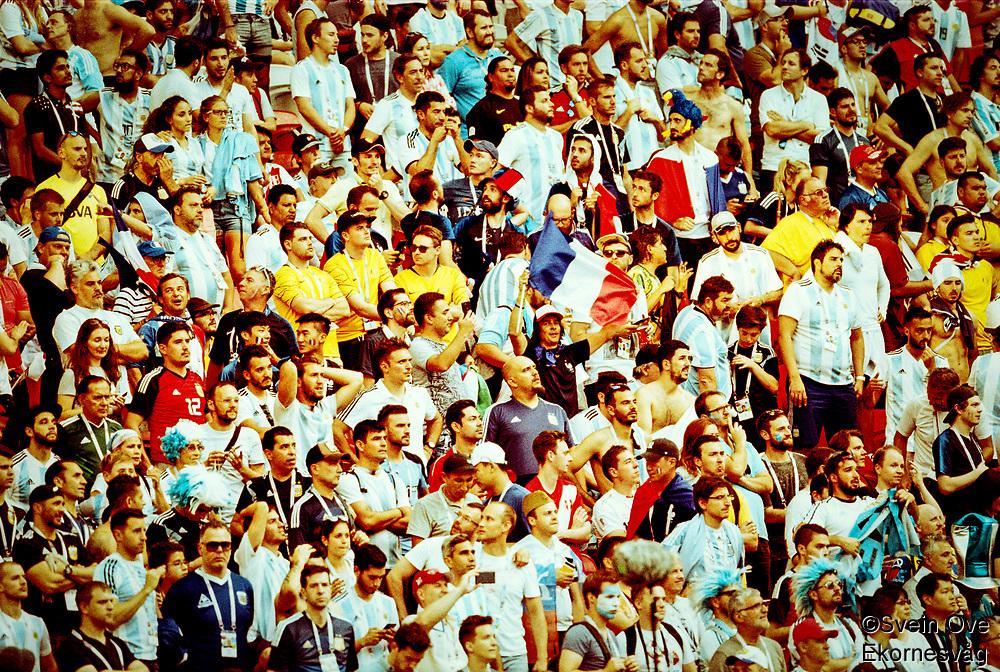 En fransk supporter hever flagget i det argentiske folkehavet etter 4-3 seieren i sekstendedelsfinalen mot Argentina i Kazan.<br /> <br /> A French supporter with the French flag among the Argentina supporters after the 4-3 win in the round of 16 match in Kazan.