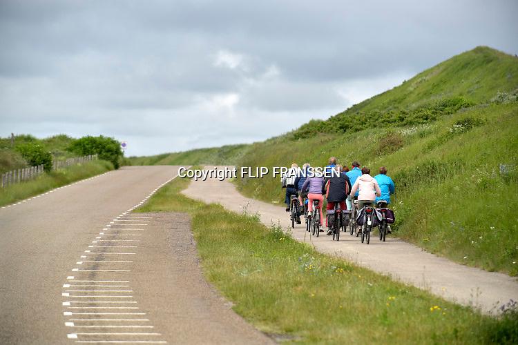 Nederland, Wijk aan zee, 12-9-2019  Een groep oudere fietsers fietst door de duinen . Foto: Flip Franssen