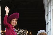 "De ""balkonscène"" van de koninklijke familie op Paleis Nooreinde o, Prinsjesdag 2012. /// Royal family at palace Noordeinde on ""Prinsjesdag""in The Hague<br /> <br /> Op de foto / On the photo: <br />  Prinses Maxima"