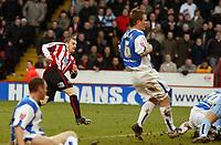 Fotball<br /> England<br /> Foto: imago/Digitalsport<br /> NORWAY ONLY<br /> <br /> 03.12.2005 <br /> <br /> Alan Quinn (Sheffield United, li.) erzielt das 1:0 im Derby gegen Sheffield Wednesday