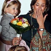 NLD/Apeldoorn/20081101 - Opening tentoonstelling SpeelGoed op paleis Het Loo, Marilene met dochter Felicia op de arm