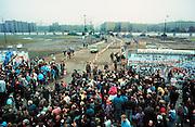 Duitsland, Berlijn 11-11-1989..Val van de muur. In de voorgaande nacht haastig opgezette doorlaatpost aan de Potzdammer Platz. DDR, einde koude oorlog. Inwoners van west berlijn verwelkomen de oost duitsers...Foto: Flip Franssen/Hollandse Hoogte