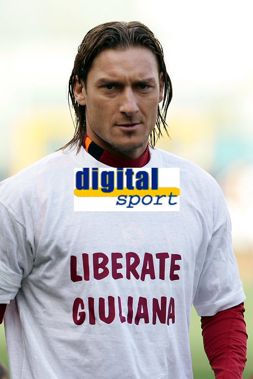 Fotball<br /> Serie A Italia  2004/05<br /> Roma v Livorno<br /> 20. februar 2005<br /> Foto: Digitalsport<br /> NORWAY ONLY<br /> Francesco Totti wears a t-shirt reading 'Release Giuliana' in support of the Italian Journalist Giuliana Sgrena, kidnapped in Iraq , prior to the start of the Italian first division soccer match between AS Roma and Livorno