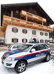 05.04.2010, Tauernhaus, Matrei, AUT, Vermisstensuche am Großvenediger, im Bild Einsatzkräfte der Alpinpolizei Tirol, warten beim Matreier Tauernhaus auf Wetter Besserung. Schlechtwetter verhindert z.Z. die Fortführung der Suchaktion nach 4 Vermissten Schneeschuhwanderern im Großvenediger Gebiet. EXPA Pictures © 2010, PhotoCredit: EXPA/ J. Groder / SPORTIDA PHOTO AGENCY