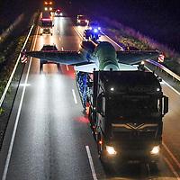 21.07.2020, B12, Kempten, GER, Transport eines Eurofighters nach Ingolstadt / Manching, mittels eines Schwertransporters wird ein Eurofighter Typhoon vom Fliegerhorst Kaufbeuren zum Fliegerhorst nach Manching transportiert. Der Transport erfolgt via B12, A7 und A8 und A9.<br /> im Bild der Transport ist bei Dunkelheit auf der B12 zwischen Marktoberdorf und Kempten unterwegs und fährt unter einer Brücke hindurch<br /> <br /> Foto © nordphoto / Hafner