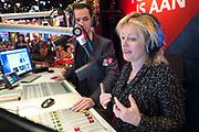 In Beeld en Geluid in Hilversum heeft ministervan  Onderwijs, Cultuur en Wetenschap Jet Bussemaker  het startschot gegeven voor de Top 2000, waarmee NPO Radio 2 traditioneel het jaar uitluidt. Ze startte de eerste plaat, Bohemian Like You van de Dandy Warhols, die op nummer 2000 staat. <br /> <br /> Op de foto:  Jet Bussemaker en DJ Bart Arens