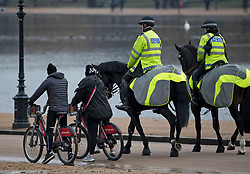 © Licensed to London News Pictures. 15/01/2021. London, UK. Police officers on horseback patrol around Hyde Park, central London. The Met police has urged Londoners to stick to lockdown rules which were introduced to fight the spread of a new, more aggressive strain of COVID-19. Photo credit: Ben Cawthra/LNP