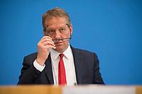 DEU, Deutschland, Germany, Berlin, 29.11.2018: Dr. Eric Schweitzer, Präsident des Deutschen Industrie- und Handelskammertages (DIHK) in der Bundespressekonferenz zur Vorstellung der Gründungsoffensive.