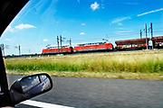 Nederland, Tiel,13-7-2018Een goederentrein rijdt over de betuweroute.Foto: Flip Franssen